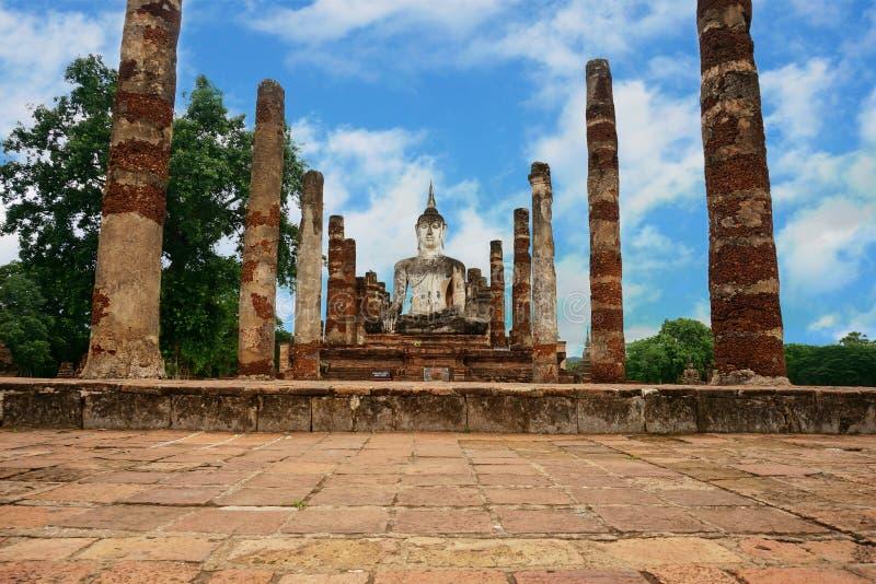 Ruine von Buddha und von Steinsäule stockfotos