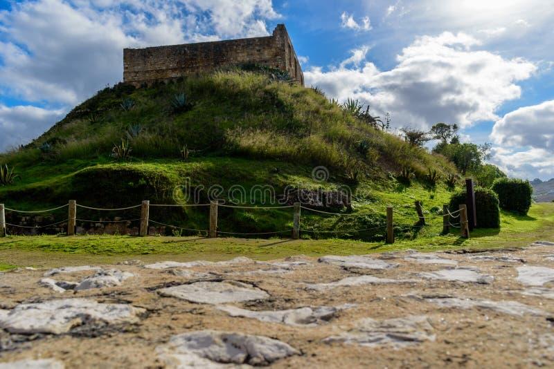 Ruine von Torres Vedras-Schloss auf grünen Hügel, mit Weg dazu, Portugal lizenzfreie stockbilder