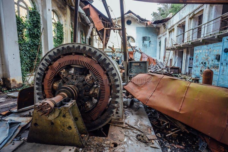 Ruined放弃了水电站 在机械的生锈的发电器 被拆毁的屋顶 加格拉,阿布哈兹 免版税库存图片
