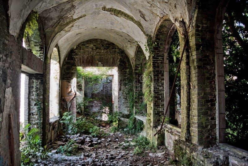 Ruined abandonó el interior overgrown de la mansión abandonada, Abjasia, Georgia fotos de archivo