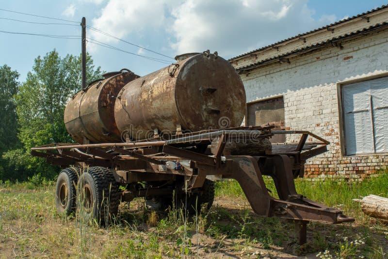 Ruined abandonó el territorio viejo de la agricultura durante verano en el pueblo olvidado perdido imagen de archivo libre de regalías