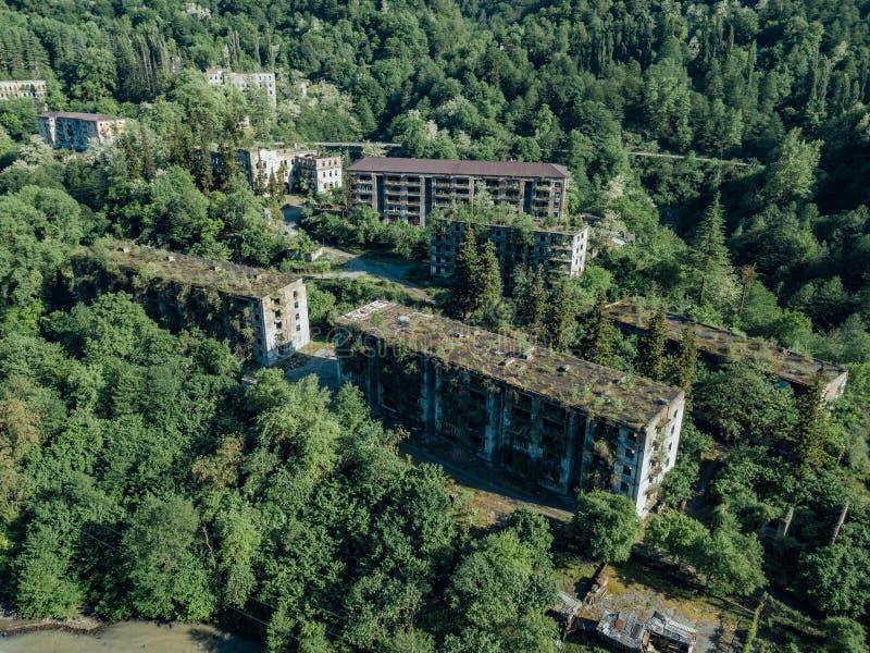 Ruined perdeu a cidade fantasma de mineração coberto de vegetação Akarmara, consequências da guerra na Abkhásia, vista aérea do z foto de stock