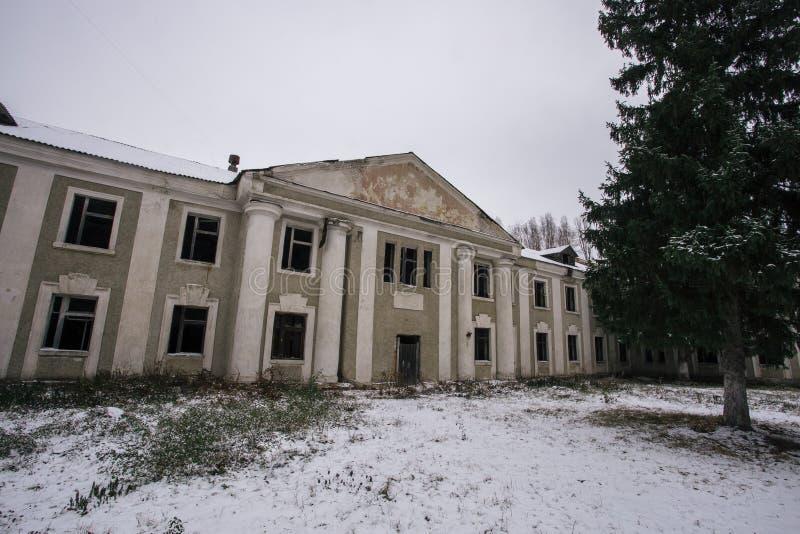 Ruined verließ alte Villenfassade im Winter stockbilder
