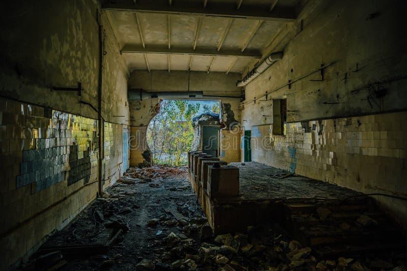 Ruined verließ Innenraum des Industriegebäudes mit Fliesen auf der Wand stockbild