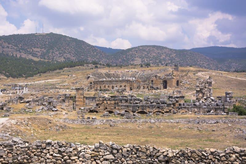 Ruinen alter Stadt Hierapolis in Pamukkale, die Türkei Türkischer berühmter Reisemarkstein stockfotografie