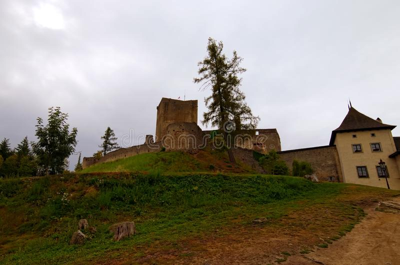Ruinen berühmten Landstejn-Schlosses auf einem Hügel Es war das größte romanische Schloss in den tschechischen Ländern lizenzfreie stockfotos