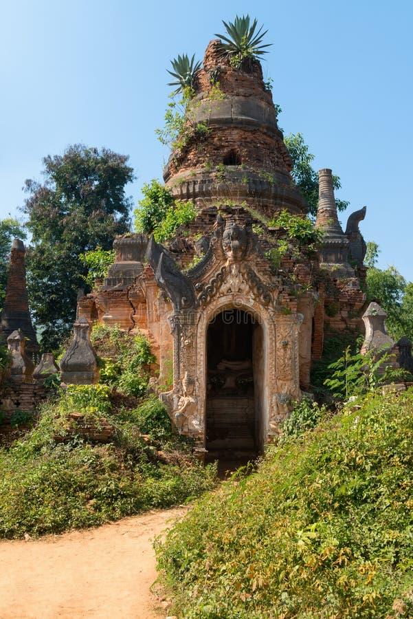 Ruinen der alten birmanischen buddhistischen Pagode stockfotografie