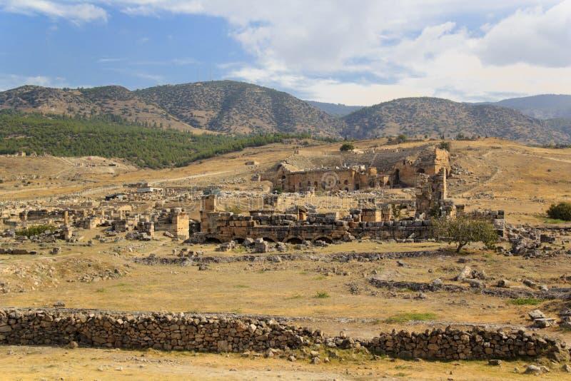 Ruinen der alten Stadt von Hierapolis in Pamukkale, die Türkei lizenzfreie stockfotos