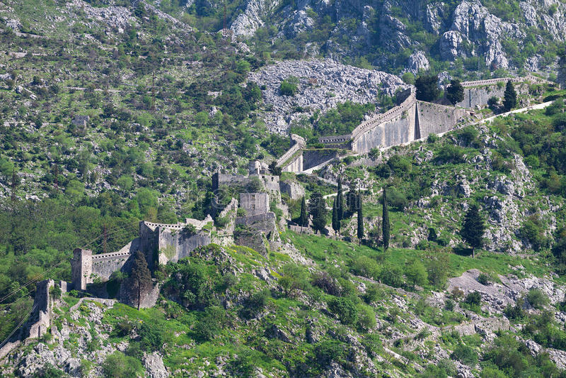 Ruinen der Festung über Kotor stockfotografie