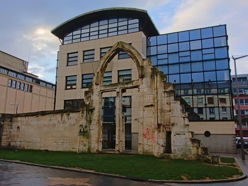 Ruinen der Kirche Heilig-Vincent vor modernem Bürogebäude in Rouen, Frankreich stockfotografie