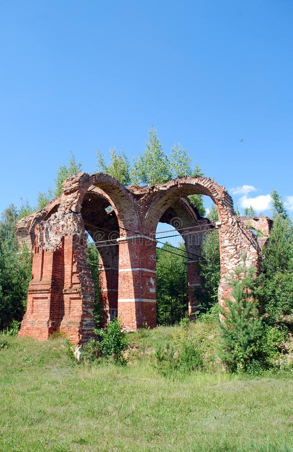 Ruinen der Kirche zerstörten während des Zweiten Weltkrieges die Soldaten, die auf der Franse des Waldes stehen lizenzfreie stockfotografie