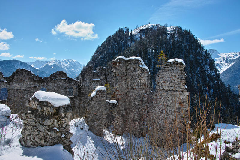 Ruinen in der schneebedeckten Gebirgslandschaft stockbilder
