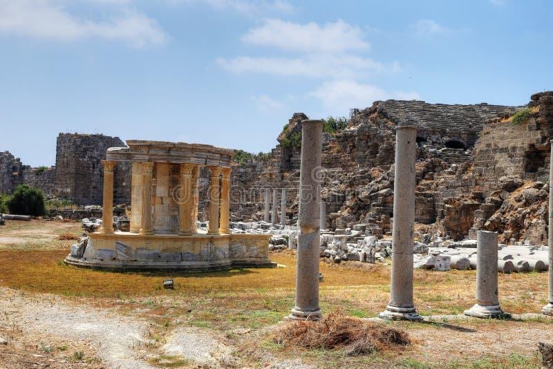 Ruinen des Agoras, alte Stadt in der Seite an einem schönen Sommertag, Antalya, die Türkei lizenzfreie stockfotos