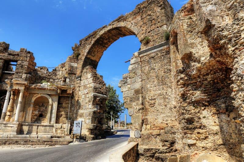 Ruinen des Agoras, alte Stadt in der Seite an einem schönen Sommertag, Antalya, die Türkei stockfotos