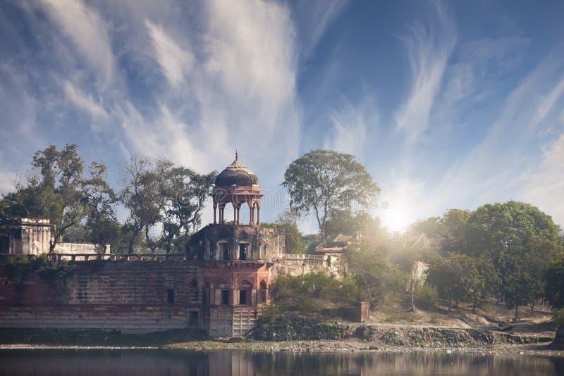 Ruinen des alten Baus nahe Taj Mahal Agra, Uttar Pradesh, Indien stockfotos