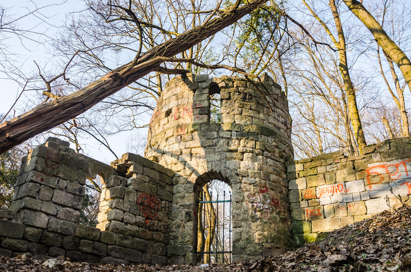 Ruinen des alten Steinschlosses in Striysky parken in Lemberg, Ukraine stockfotografie