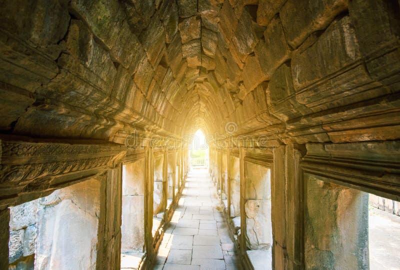 Ruinen des alten Tempels nahe Angkor Wat, Siem Reap, Kambodscha Alte Bogenansicht des buddhistischen Tempels lizenzfreies stockbild