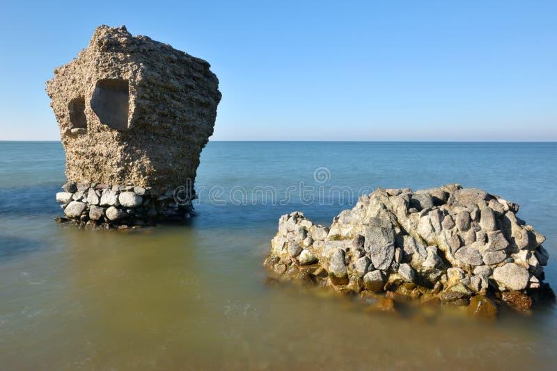 Ruinen des Bunkers auf dem Strand lizenzfreie stockbilder