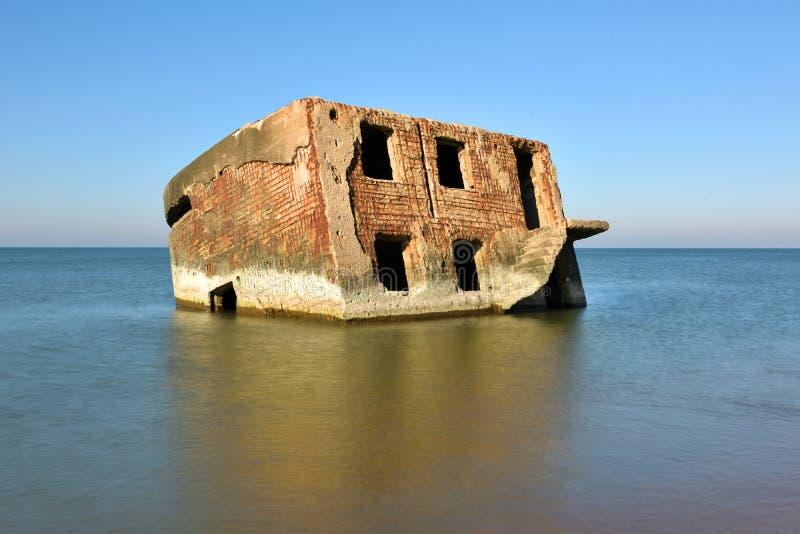 Ruinen des Bunkers auf dem Strand lizenzfreies stockfoto