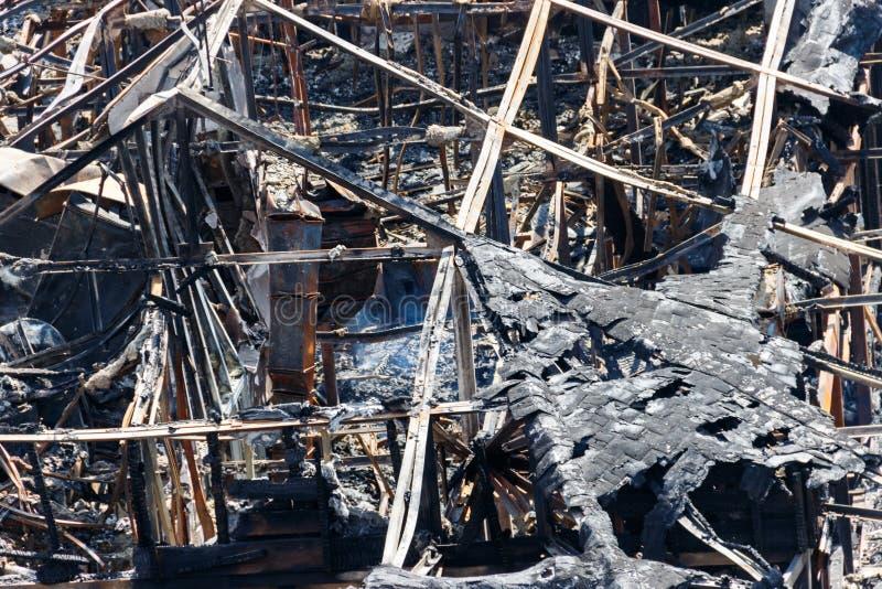 Ruinen des Gebäudes nach dem Feuer lizenzfreies stockfoto