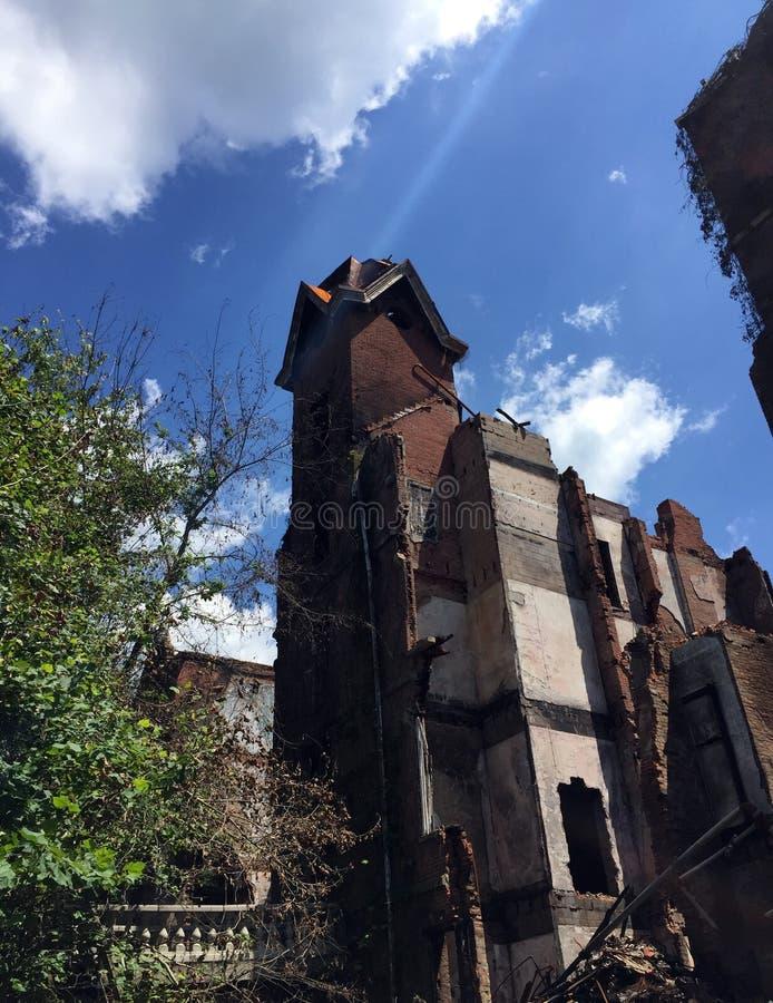 Ruinen des großen alten Turms des durch Feuer beschädigten Hauses lizenzfreie stockbilder