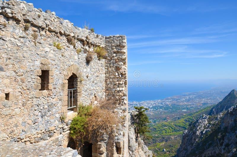 Ruinen des historischen Heiligen Hilarion Castle in Nord-Zypern, welches das Mittelmeer und seine Küste durch die Stadt Kyrenia ü lizenzfreie stockfotos