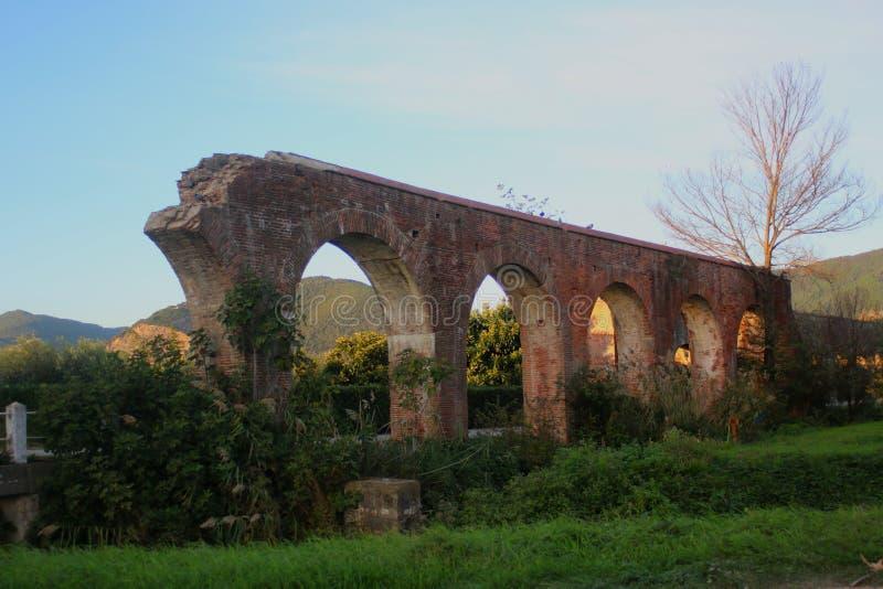 Ruinen des Medici-Aquädukts bei Asciano lizenzfreie stockfotografie