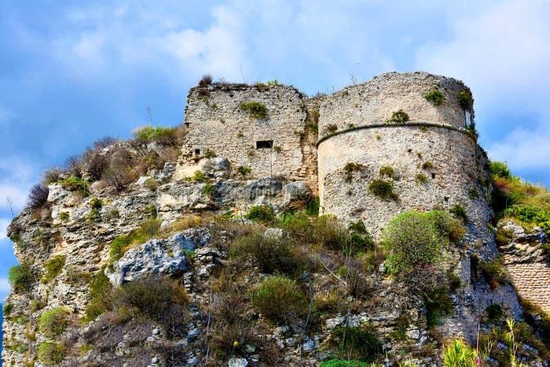 Ruinen des mittelalterlichen Forts in Gerace lizenzfreie stockfotografie