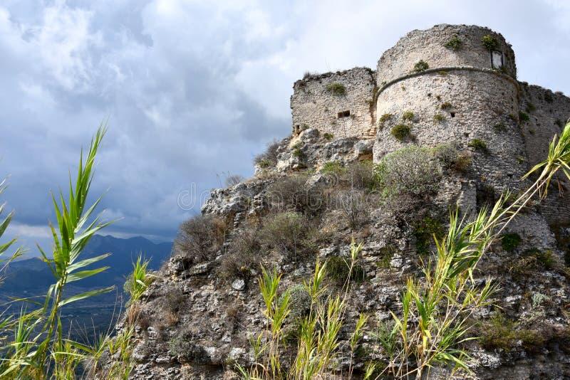 Ruinen des mittelalterlichen Forts in Gerace stockfoto