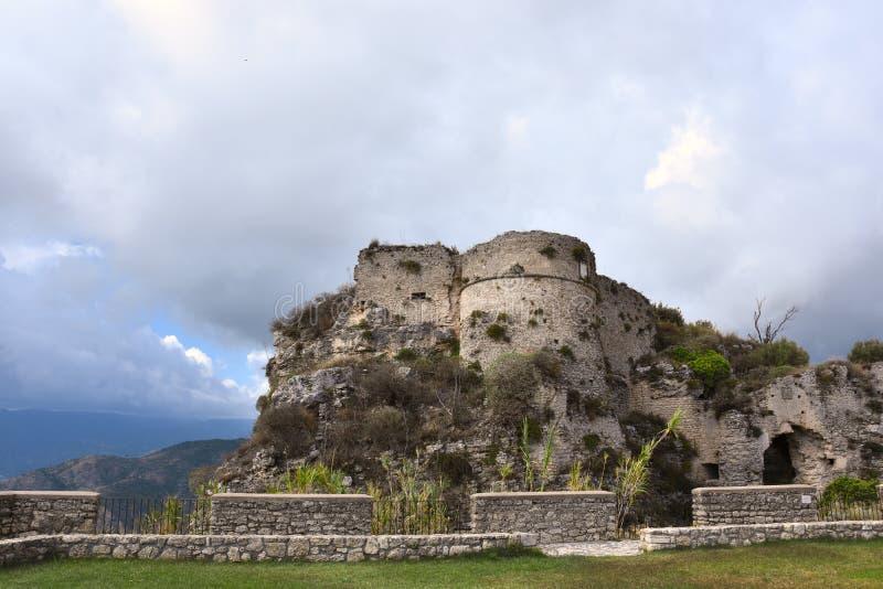 Ruinen des mittelalterlichen Forts in Gerace lizenzfreies stockbild