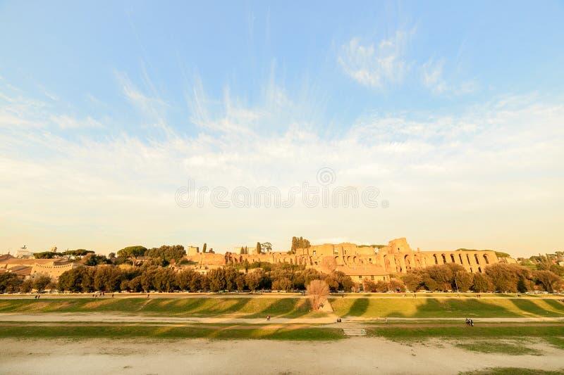 Ruinen des Palatine-Hügelpalastes in Rom, Italien Sonnenuntergang lizenzfreie stockfotos