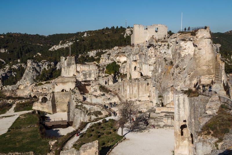 Ruinen des Schlosses, das auf malerischem Dorf steht lizenzfreie stockbilder