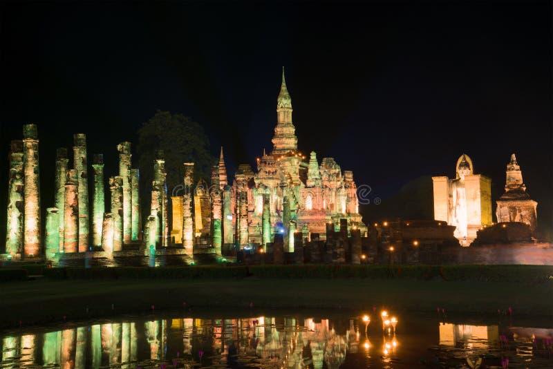 Ruinen des Tempels von Wat Mahathat Abend in der Sukhothai-Stadt thailand lizenzfreies stockbild
