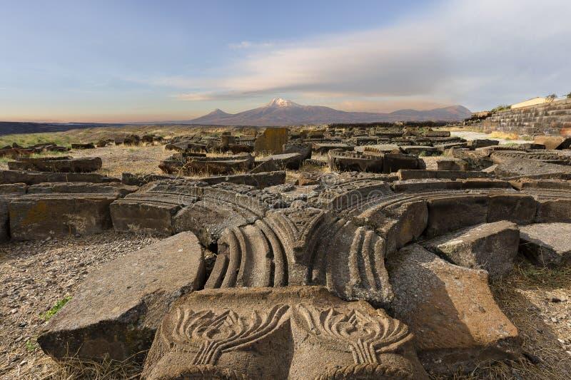 Ruinen des Tempels von Zvartnots mit den zwei Spitzen des Mt Ararat auf dem Hintergrund stockfotos