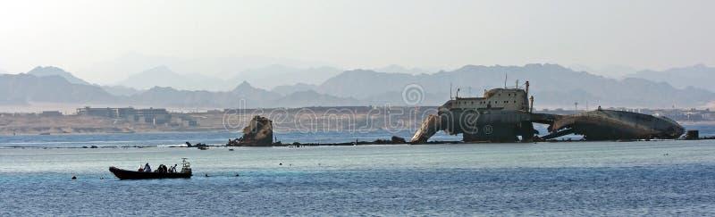 Ruinen des versunkenen Schiffs und des Bootes mit Tauchern sind eingeschaltet lizenzfreies stockfoto