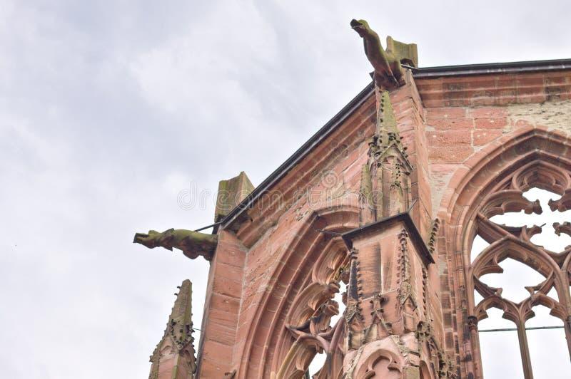 Ruinen einer gotischen Kapelle mit Spitzbogen und Wasserspeiern Bacharach, Deutschland stockbild