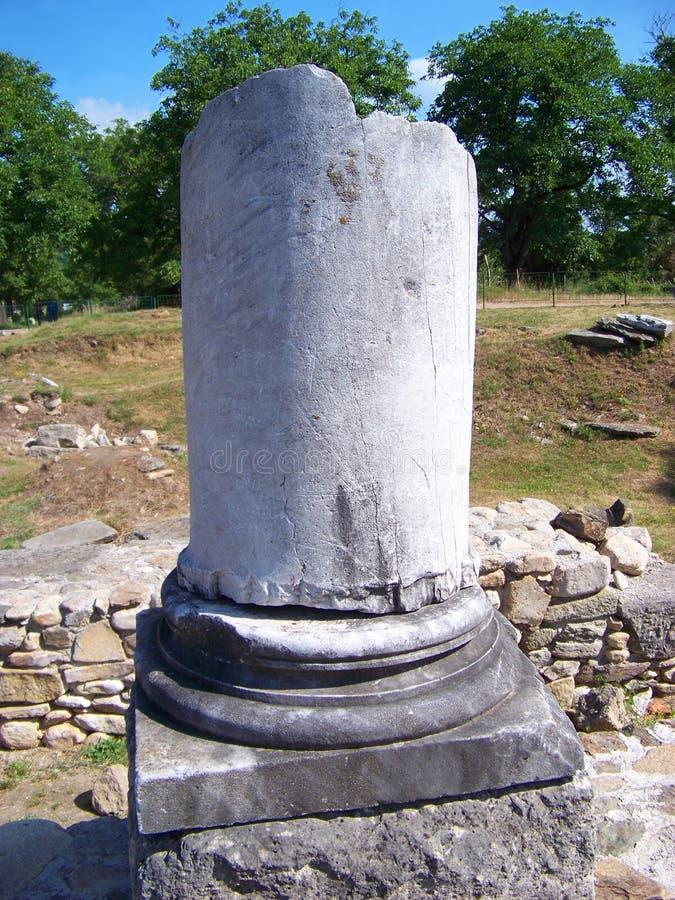 Ruinen einer römischen Säule lizenzfreie stockfotos