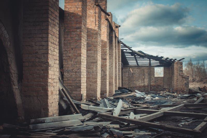 Ruinen einer ruinierten alten großen Fabrik stockbild