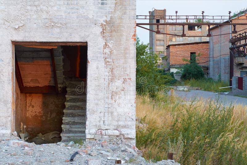 Ruinen einer verlassenen Fabrik stockfoto