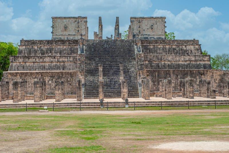 Ruinen eines alten Mayatempels, eingelassen dem archäologischen Bereich von Chichen Itza lizenzfreie stockbilder