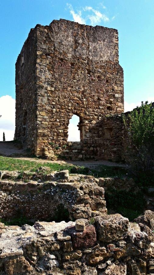 Ruinen eines alten Schlosses lizenzfreie stockfotos