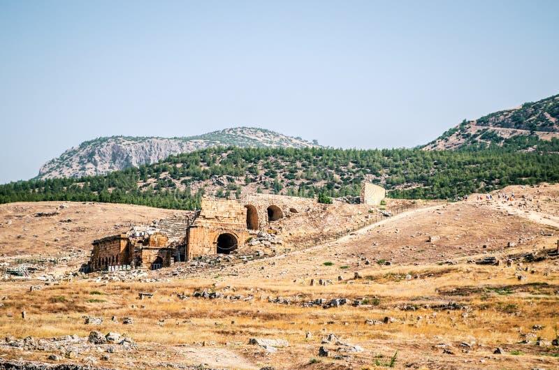Ruinen eines Amphitheaters in der alten Stadt von Hierapolis in Pamukkale, die Türkei stockbilder