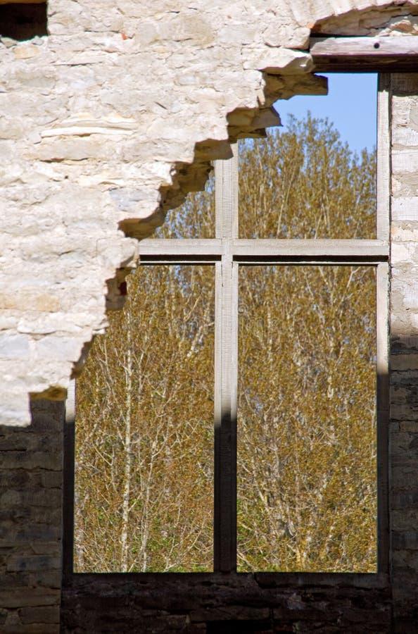 Ruinen eines Fensters und des Gebäudes lizenzfreie stockfotografie