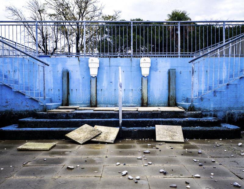 Ruinen eines städtischen Pools in Triest stockbilder