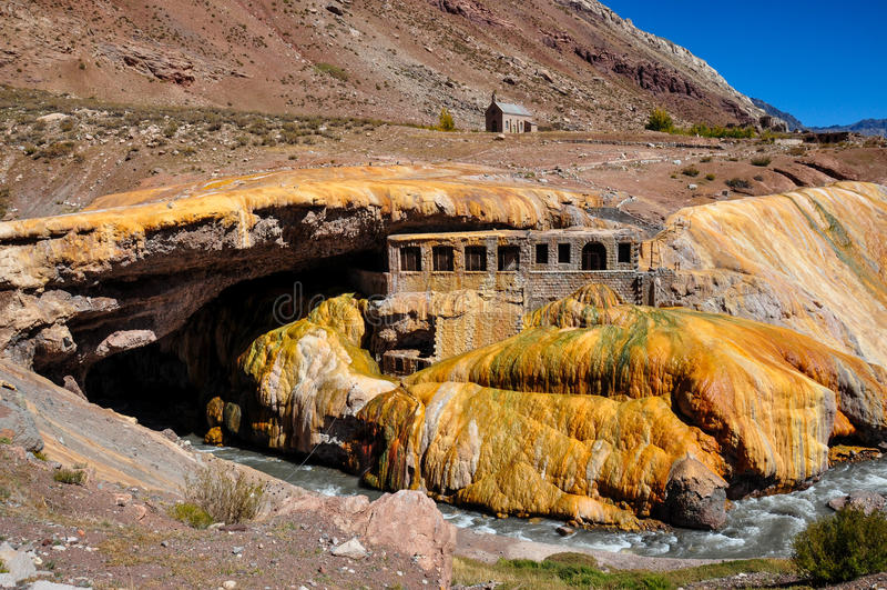 Ruinen Gorgeous Puente Del Inca zwischen Chile und Argentinien lizenzfreies stockbild