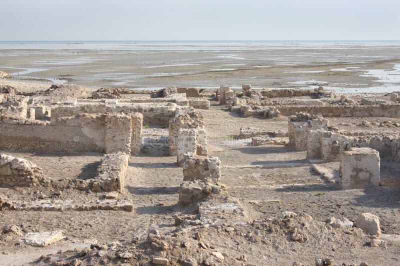 Ruinen im Norden des Hauptbahrain-Forts nahe Meer lizenzfreie stockfotos