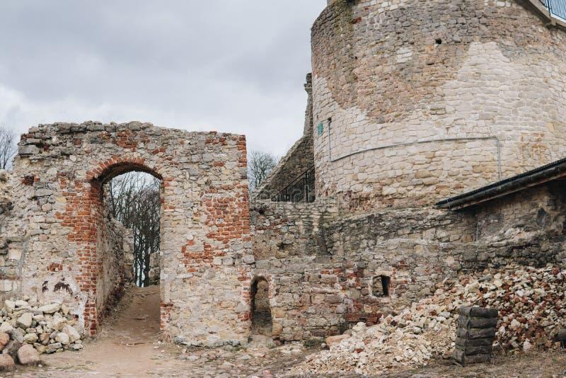Ruinen nach innen des alten Schlosses lizenzfreie stockbilder