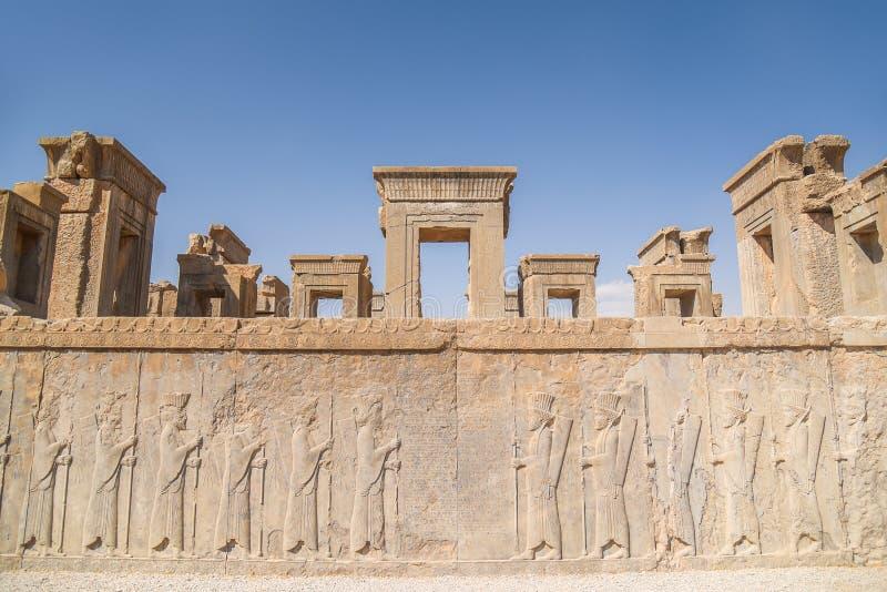 Ruinen versehen und Wandgemälde von Persepolis in Shiraz, der Iran mit einem Gatter stockfotografie
