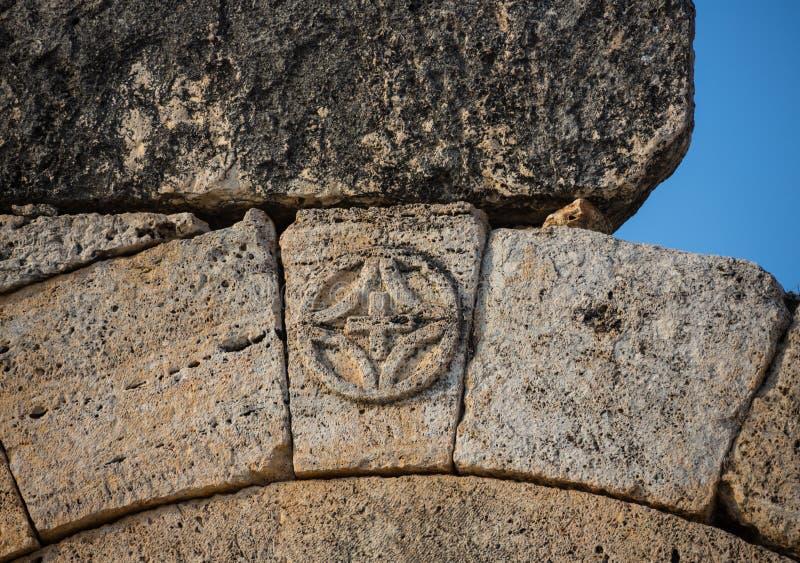 Ruinen von Appollo-Tempel mit Festung an der Rückseite in altem Korinth, Peloponnes, Griechenland lizenzfreie stockbilder