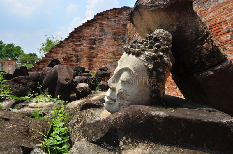 Ruinen von Buddha-Bildern und -tempel im historischen Park von Thailand stockfotografie